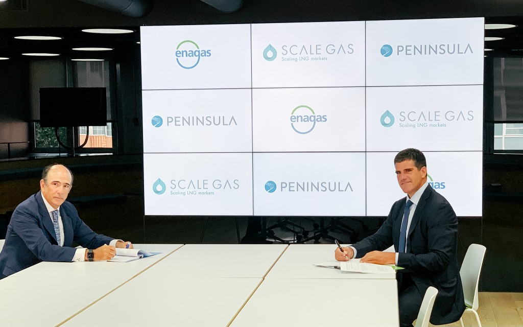 Marcelino Oreja, CEO of Enagás and John A. Bassadone, CEO of Peninsula, at the signing of the agreement